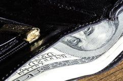 Dólares de los centenares en los ojos de la cartera Imágenes de archivo libres de regalías