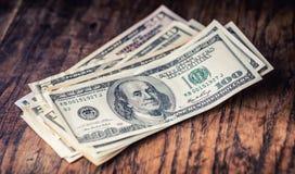Dólares de primer de los billetes de banco Dólares del americano del dinero del efectivo Opinión del primer de la pila de dólares imagen de archivo