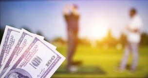 Dólares del dinero contra el contexto de una TV que muestra el golf, deportes que apuestan, dólares del dinero foto de archivo libre de regalías