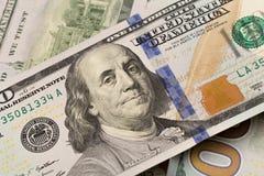 Dólares do close up O retrato de Benjamin Franklin em uma conta Conceito do dinheiro e do salário fotografia de stock