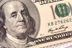 Dólares do close up Retrato de Benjamin Franklin em cem notas de dólar Imagem de Stock