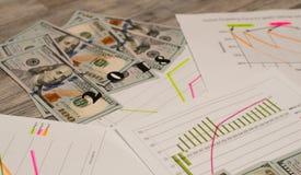 Dólares do dinheiro com originais na tabela Conceito do imposto imagens de stock royalty free