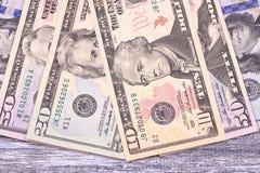 Dólares do dinheiro no fundo de madeira cinzento espaço imagem de stock royalty free
