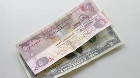 2 dólares e cédulas e bitcoin de 5 dirhams que contam a mão vídeos de arquivo