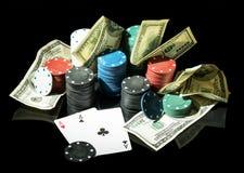 Dólares e chipsj do casino no preto Fotos de Stock
