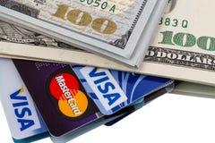 Dólares e visto e MasterCard dos cartões de crédito Fotografia de Stock Royalty Free