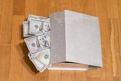 Dólares em uma caixa Caixa pequena do tesouro completamente com dinheiro, notas de dólar dos E.U. 100 Fotografia de Stock