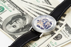 100 dólares en el fondo blanco con los relojes Imagen de archivo