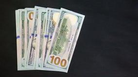 Dólares en fondo negro Símbolo el ganar o del bote Su sueldo 100 dólares almacen de video