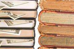 Dólares en los libros. Imágenes de archivo libres de regalías