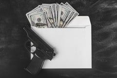 Dólares en un sobre Dinero sucio Tipo de cambio Precios de la subida y de la caída Concepto de efectivo que lava plancha Planeami foto de archivo libre de regalías