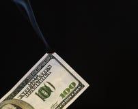100 dólares los E.E.U.U. Bill Catching en el fuego Fotos de archivo libres de regalías