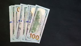 Dólares no fundo preto Símbolo do vencimento ou do jackpot Seu salário 100 fanfarrões video estoque