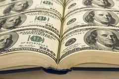 Dólares nos livros Foto de Stock
