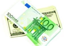 Dólares y euro de un billete de banco aislado en una pizca Imagen de archivo