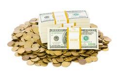 Dólares y monedas aislados en el blanco Imagenes de archivo