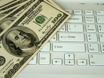 Dólares y ordenador Foto de archivo libre de regalías