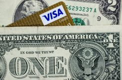Dólares y una esquina de la tarjeta Visa imágenes de archivo libres de regalías