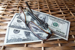 Dólares y vidrios Foto de archivo