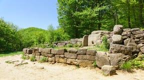Dólmens dos túmulos Cáucaso-megalíticos ocidentais da primeira metade da metade 3rd-second do ò milênio BC foto de stock royalty free