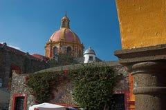 Dôme d'église dans Tequisquiapan, Mexique Image stock