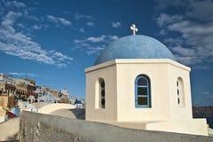 Dôme d'église donnant sur la caldeira de Santorini Photographie stock