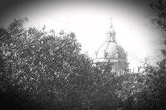 Dôme de cathédrale entouré par les arbres verts, croquis de crayon, été illustration de vecteur
