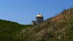 Dôme de l'église dans l'herbe banque de vidéos