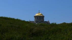 Dôme de l'église dans l'herbe clips vidéos