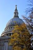 Dôme de la cathédrale de Paul d'un Saintà Londres photographie stock libre de droits