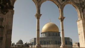 Dôme de la mosquée de roche encadrée par des voûtes à Jérusalem clips vidéos