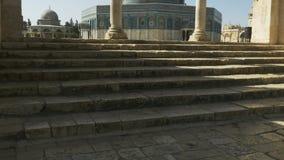 Dôme de la roche encadrée par plusieurs voûtes à Jérusalem banque de vidéos