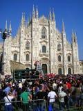 DÔME DE MILAN ET LES GENS, JOUR ITALIEN DE LIBÉRATION Image libre de droits