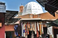 Dôme de mosquée près de marché en plein air au Maroc photos libres de droits