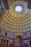 Dôme de Panthéon à Rome, Italie, avec la tombe de Raphael au photographie stock