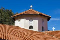 Dôme de pierre d'église avec une croix et une fin de toit carrelé  photo libre de droits