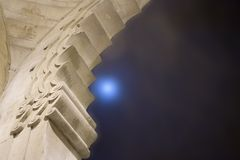 Dôme de temple avec la lune bleue Photographie stock