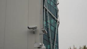 Dôme de vidéos surveillance et fixe sur l'immeuble de bureaux banque de vidéos