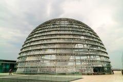 Dôme en verre du bâtiment de Reichstag à Berlin Images stock