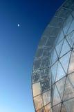 Dôme et lune photographie stock