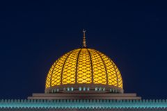Dôme et minaret rougeoyants de mosquée la nuit photographie stock