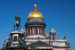 Dôme et statue de cathédrale Photographie stock