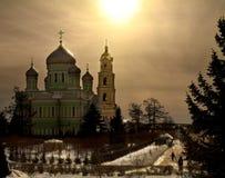 Dômes au coucher du soleil Cathédrale de trinité du monastère du séraphin de St de Sarov Russie dans les rayons du coucher de sol Photographie stock