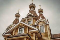 Dômes avec des croix, église orthodoxe en bois moderne Photographie stock libre de droits