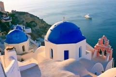 Dômes bleus d'église, Grèce Photos stock