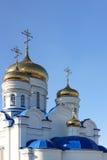 Dômes d'or et croix de temple orthodoxe Image stock