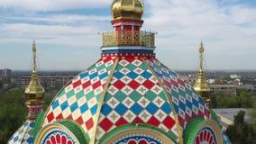 Dômes de cathédrale d'ascension de Kazakhstan Almaty banque de vidéos
