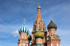 Dômes de cathédrale de basilic de rue, Moscou Images libres de droits