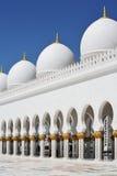 Dômes et cheik de piliers Zayed Mosque en Abu Dhabi Photos stock