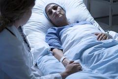 Dö kvinnan med sjuksköterskan Arkivfoto